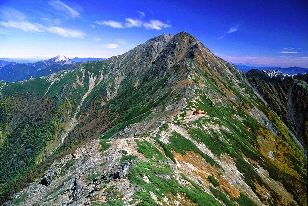 1024px-Mount_Kita_from_Mount_Nakashirane_2001-10-03